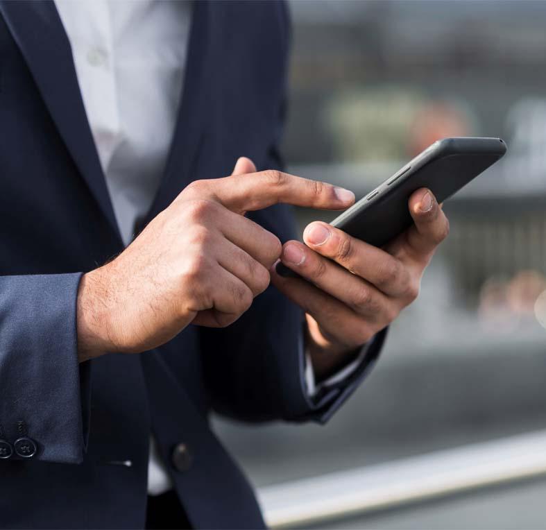 homem interagindo com celular